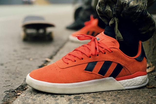 hot sale online 24d22 c32b3 004 está disponible en las tiendas de adidas Originals y en el sitio web de adidas  Skateboarding. Este modelo se lanza en NaranjaNegroBlanco, ...