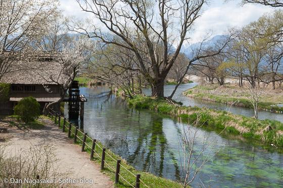 黒澤映画に映った水車と川