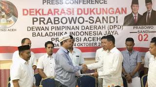 KETUA Dewan Pembina Baladhika Indonesia Jaya (BALIJA) Aceh, Tgk H Hanansyah (kiri) mewakili unsur DPP menyerahkan SK DPD Aceh kepada Ketua DPD BALIJA Aceh, Fikri Haikal, Kamis (4/10), di Hotel Hijrah Inn, Lamlagang, Banda Aceh.