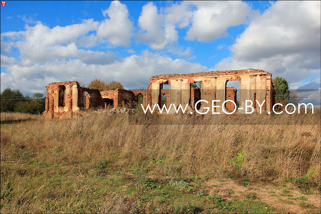 Лютино. Руины дворца Зелев