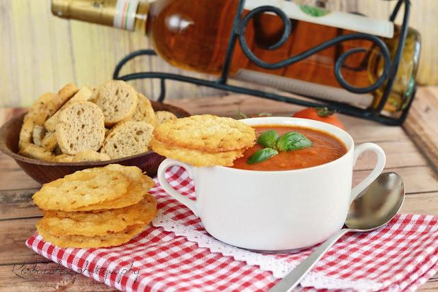 Sültparadicsom-leves, parmezáncsipsszel