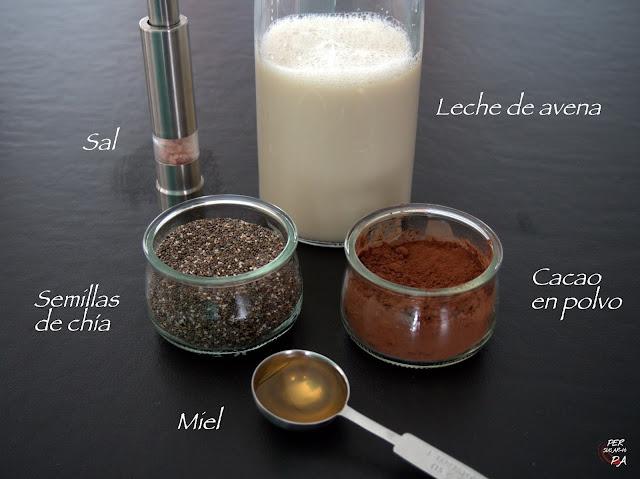 Puding de chía y chocolate con leche vegetal (avena) y topping de fruts rojos