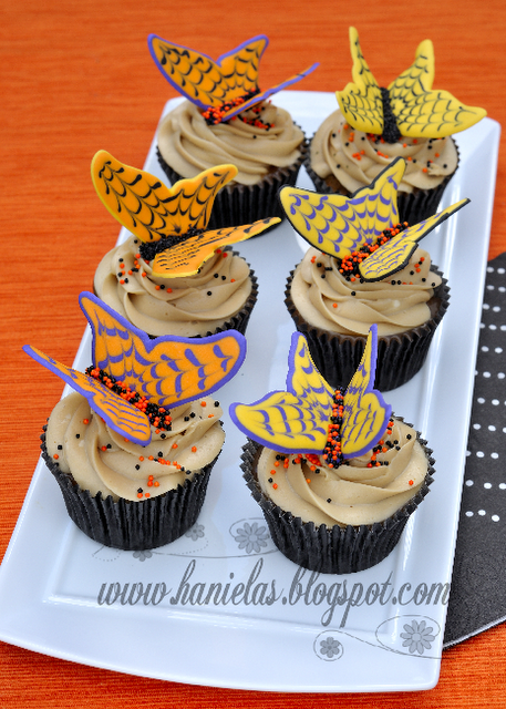 Pumpkin Spice Cupcakes Recipe - via BirdsParty.com