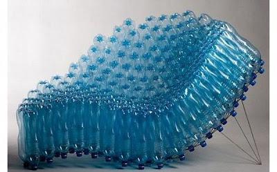 Sillón con botellas de agua.