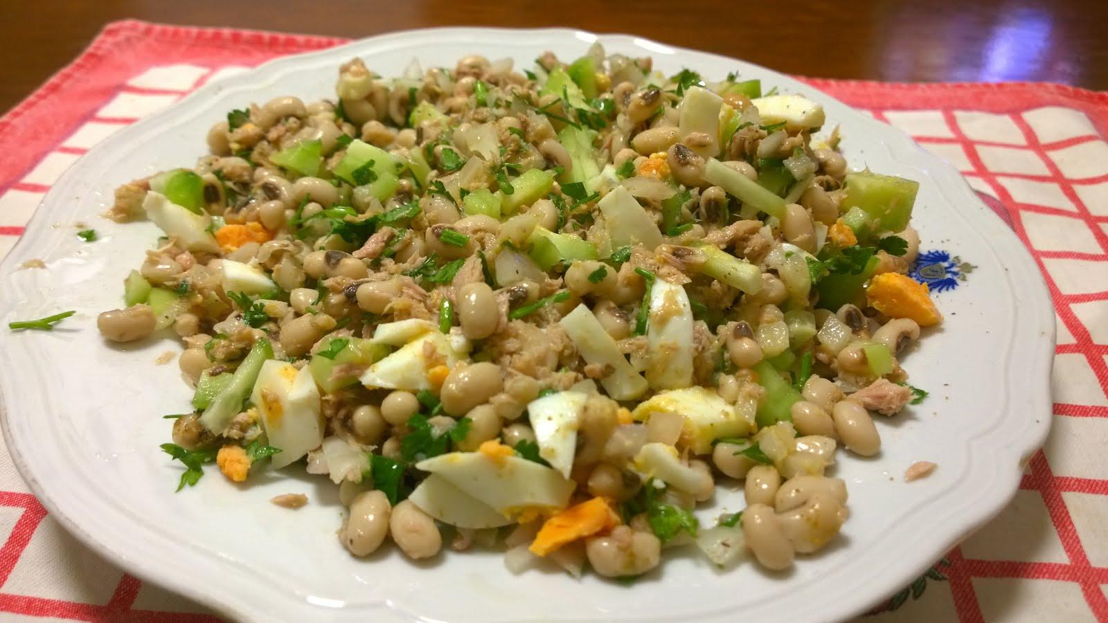 Guloso qb: Salada de feijão frade com atum e pepino