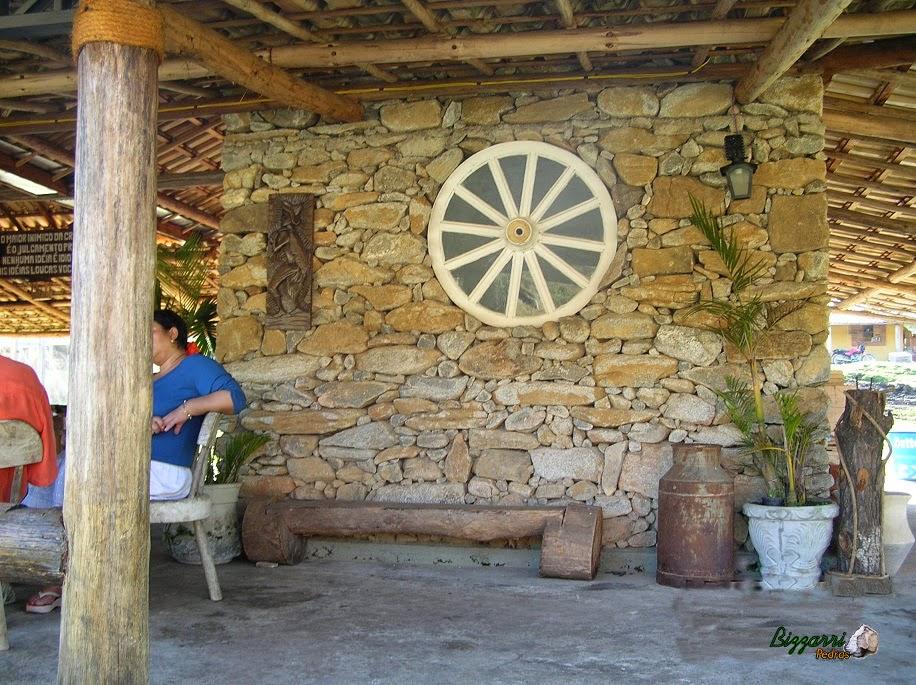 Parede de pedra rústica com pedra moledo com junta seca em execução da cabana rústica.