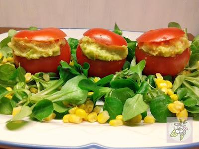 Tomates Rellenos con Ensalada de Patata y Aguacate. Receta Vegana