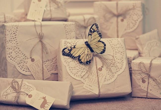Envolver regalos con papel kraft y blondas de papel