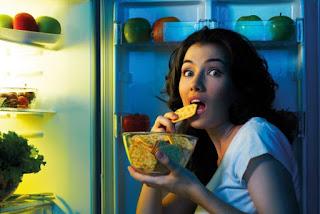 7 Kebiasaan Buruk Sebelum Tidur yang Bikin Gemuk
