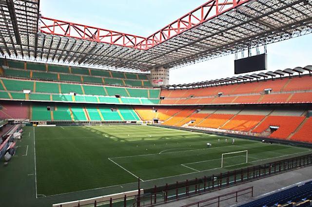 Campo e arquibancadas do estádio San Siro