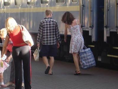 Mann und Frau - schwer tragen - lustige Bilder zum lachen