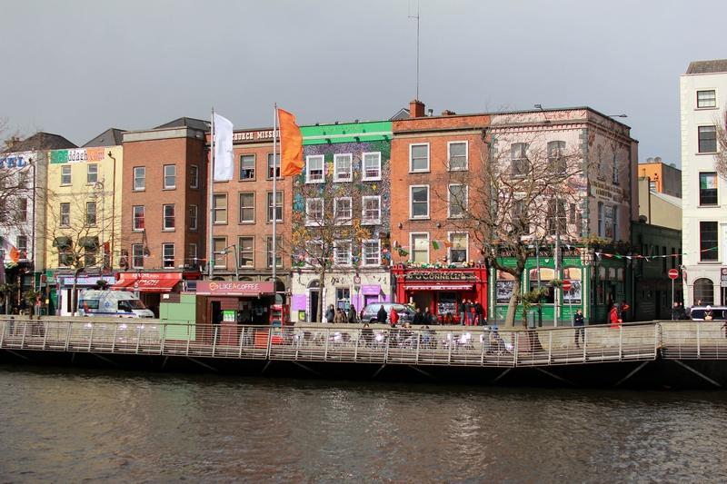 rues totalement piétonne bordée de bâtiments multicolores