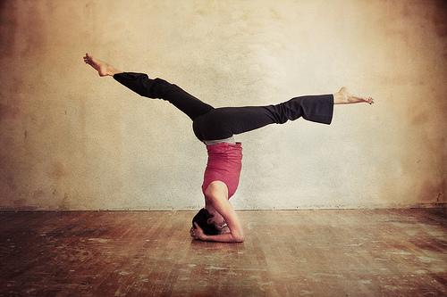 Pada dasarnya, prinsip dari kedua olahraga ini adalah sama, yoga dan yoga pilates memiliki unsur meditasi guna penyelarasan pikiran, jiwa, dan fisik.