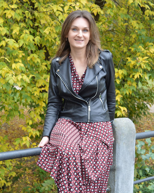 Bordowa sukienka z jesienią w tle
