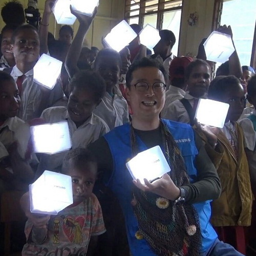 Tinuku Samsung Electronics Indonesia launched 1500 solar lantern to Papua