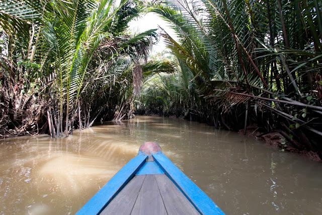 Canoa por uno de los pequeños canales del Mekong