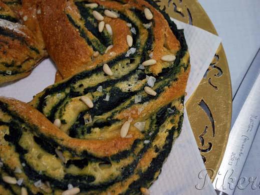 Kringel de espinacas, queso azul y piñones