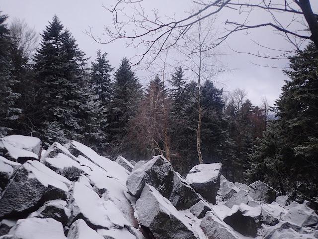 Gołoborze na Łysicy przysypane śniegiem
