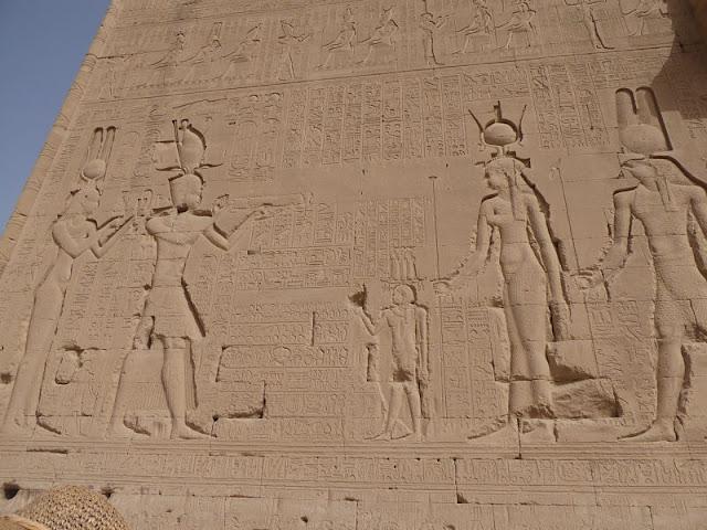 Raffigurazione di Cleopatra sul tempio di Dendera