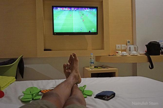 Menikmati waktu istirahat di kamar hotel
