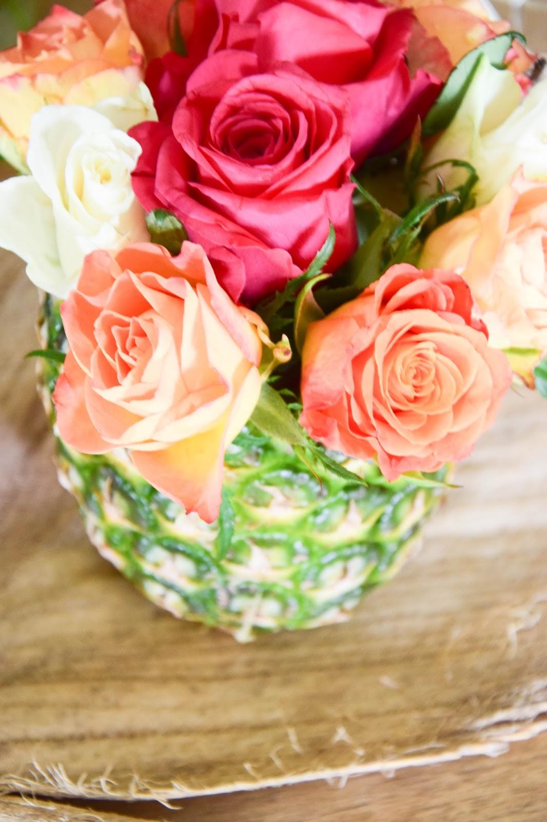 DIY Vase aus Ananas: einfach und in 5 Minuten fertig! Perfekte Tischdeko für jede Sommerparty. Ideal für bunte Sträusse und laue Sommernächte