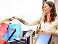 Alışveriş sonrası kasada ödeme yapan bayan müşteri