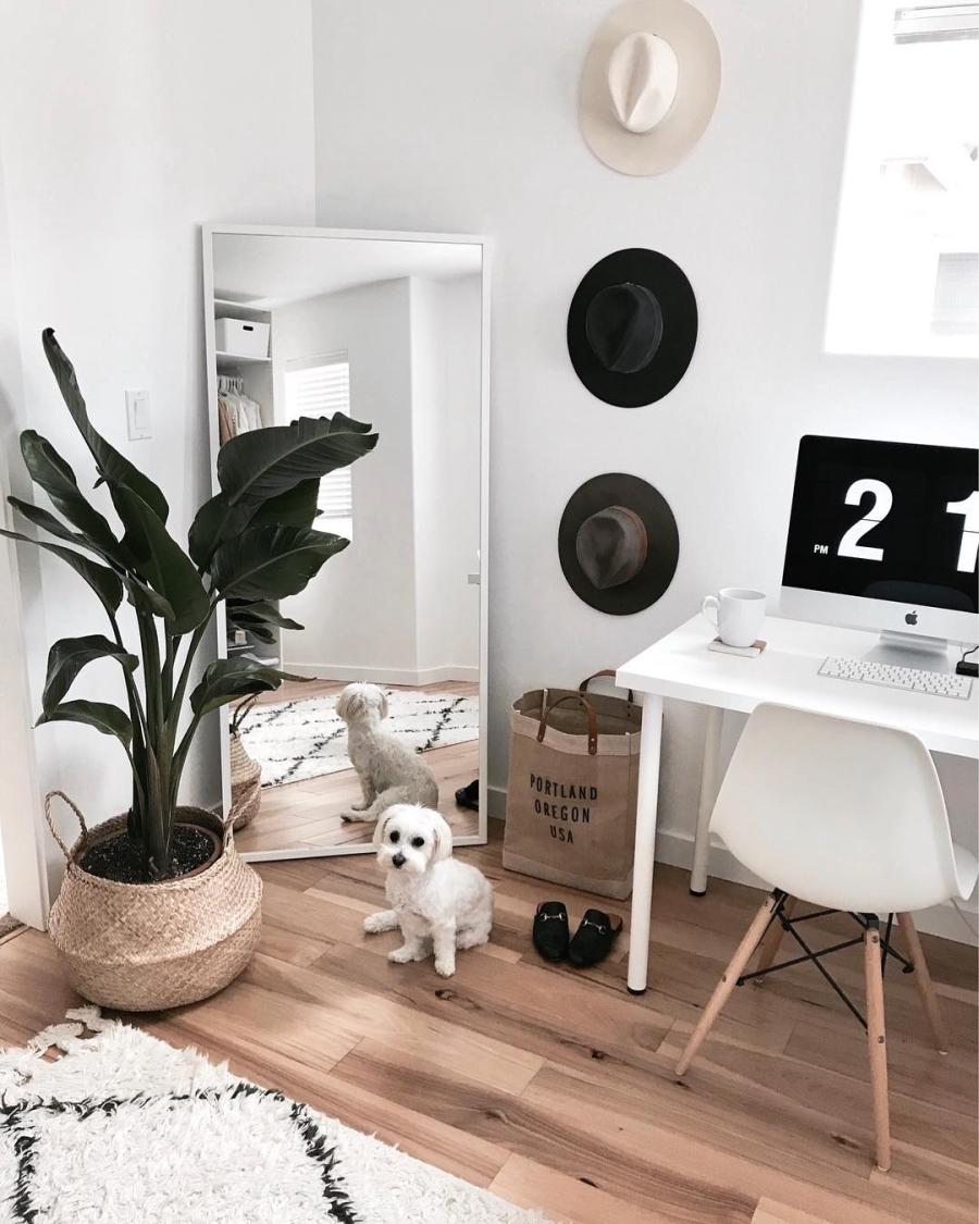 Proste i przytulne wnętrze w bieli, wystrój wnętrz, wnętrza, urządzanie domu, dekoracje wnętrz, aranżacja wnętrz, inspiracje wnętrz,interior design , dom i wnętrze, aranżacja mieszkania, modne wnętrza, białe wnętrza, wnętrza w bieli, styl skandynawski, minimalizm, naturalne dodatki, jasne wnętrza, gabinet, miejsce do pracy, biurko