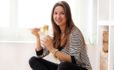 استعمالات غريبة وغير متوقعة لعيدان السوشي نودلز امرأة تأكل طعام مكرونة معكرونة سريعة التحضير  woman eating noodles sushi instant macaroni  bowl girl