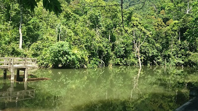 Foto van het meer aan het begin van Khlong Chak Waterval track