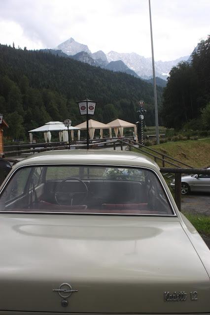 Oldtimer Opel Kadett Sommerliche Vintage-Hochzeit in Himmelblau und Weiß im Riessersee Hotel Garmisch-Partenkirchen - blue white vintage wedding in Bavaria - #Riessersee #Garmisch #Hochzeitshotel #Bayern #wedding venue #Bavaria #Vintage #Himmelblau