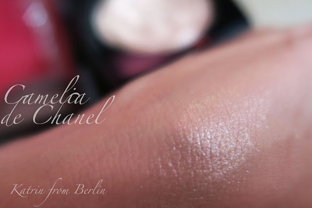 Camelia de Chanel Illuminating Powder swatch and review