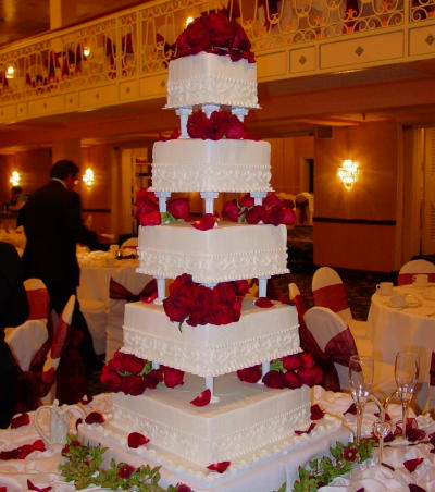 Wedding Cake Designs  Big Elegant Wedding Cakes Couples go in for a large wedding cakes that would draw the attention of  all the guests present for the event  Huge wedding cakes are the most  common for