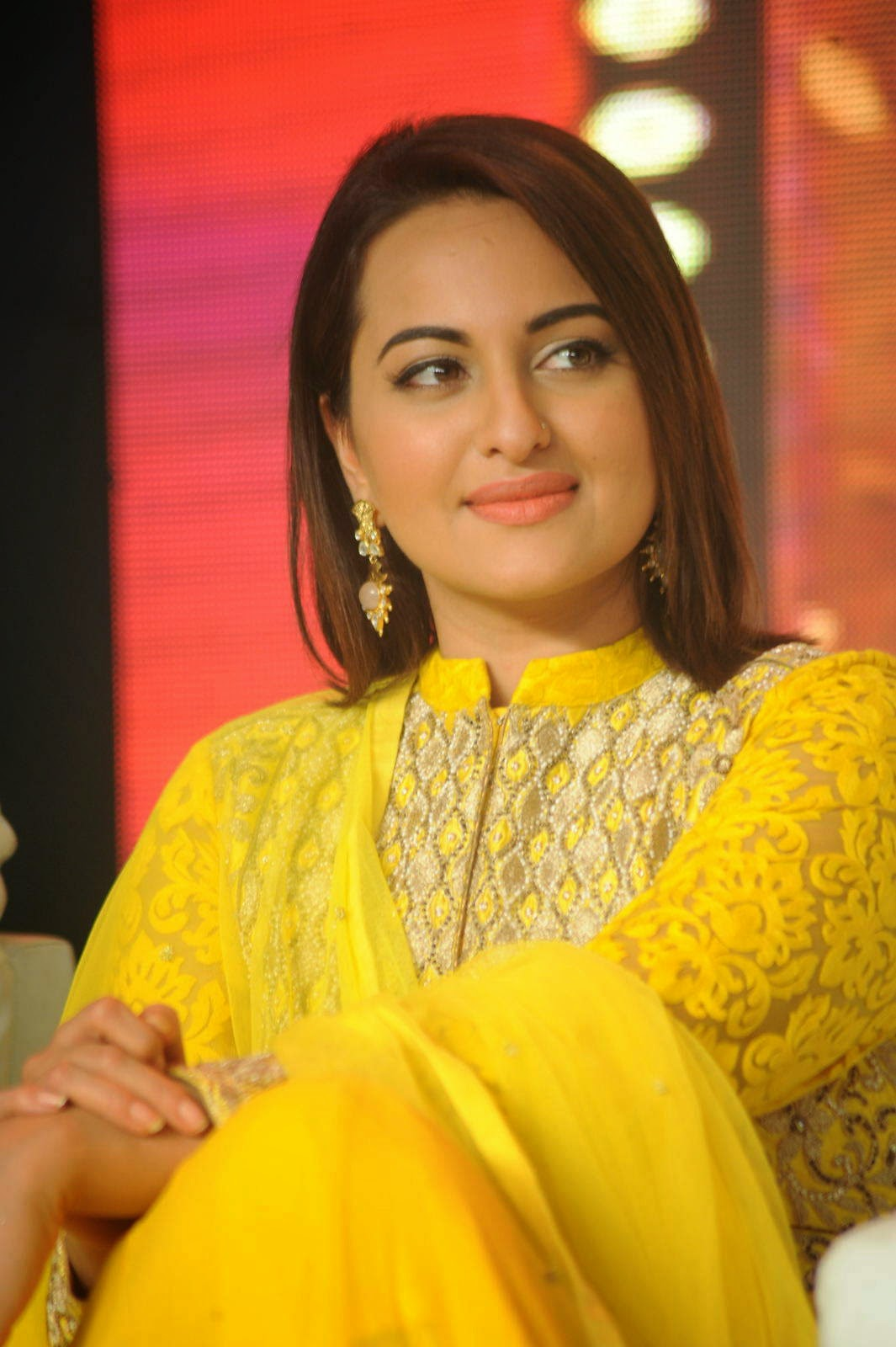 Sonakshi Sinha images, Sonakshi Sinha Yellow Suit Pics from Lingaa Movie Event