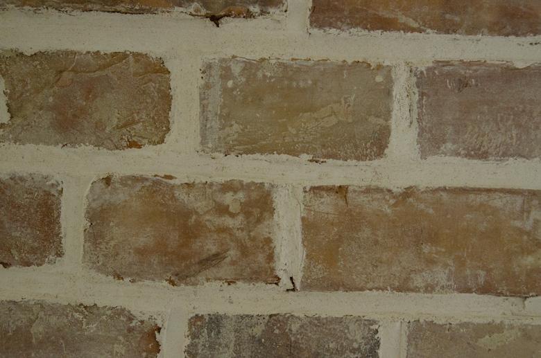 zaprawa wapienna w starej ścianie z cegły