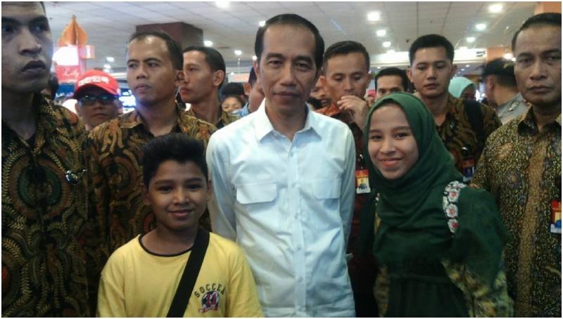 Jokowi dikawal paspampres saat berfoto dengan warga