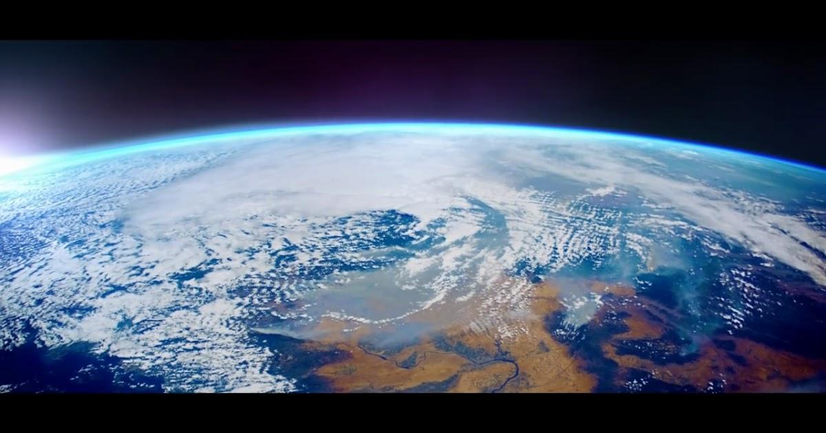Pubblicità nuova Seat Ateca con immagini della Terra e della Luna dallo spazio.