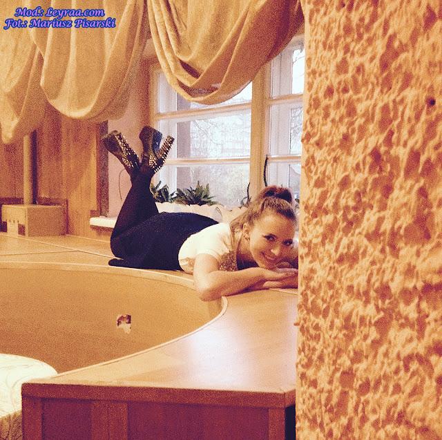 7.11.17 Biała bluzka z cekinami, granatowa rozkloszowana spódnica, czarne rajstopy, czarne lity z ćwiekami, Klub Związkowiec Skarżysko-Kamienna