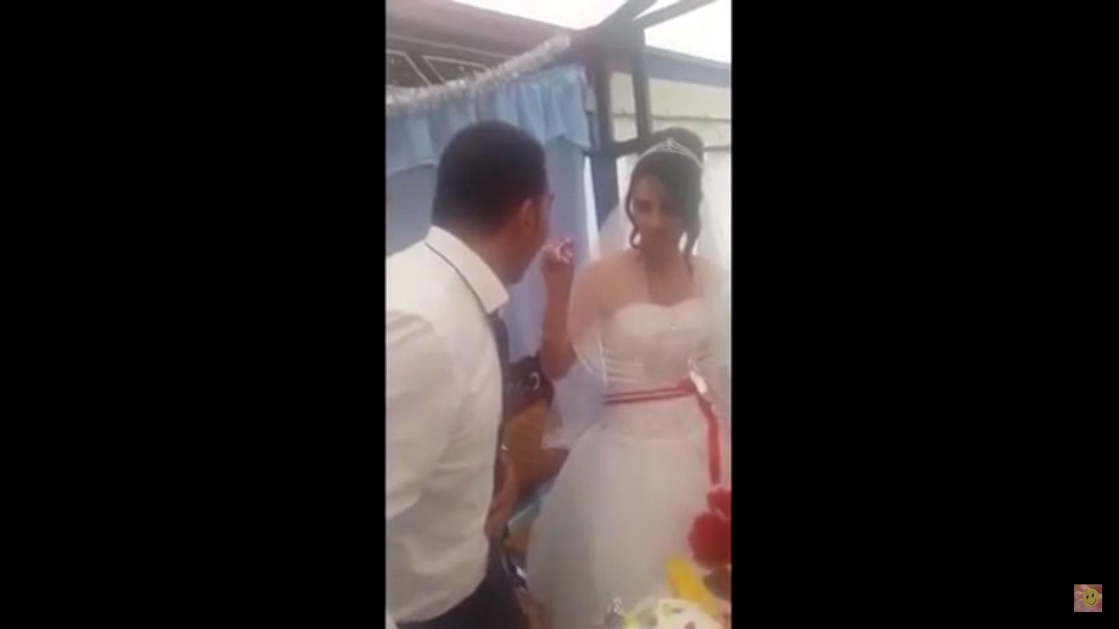 شاهد عريس يضرب عروسته أمام المعازيم و السبب غريب