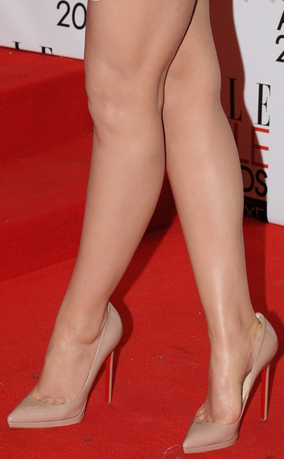 https://celebritygalaworld.blogspot.com/2012/01/emma-watson-legs-and-toe-cleavage.html