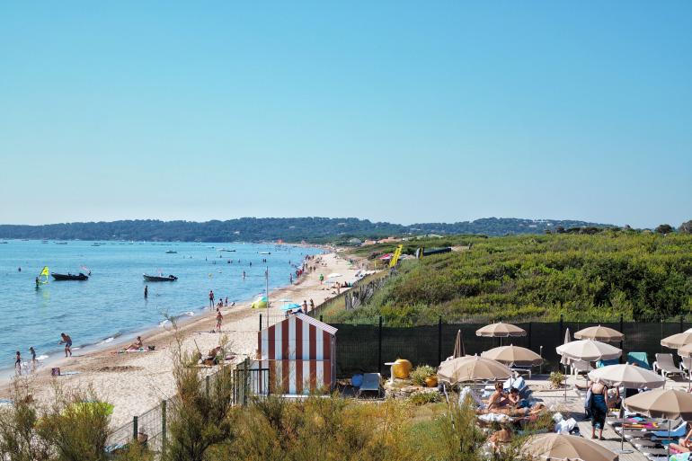 Vue sur la plage depuis l'hôtel Ibis Hyères Plage