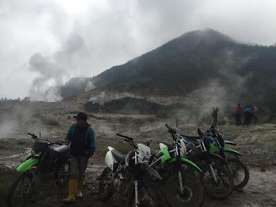 Trail di atas Kawah Sikidang