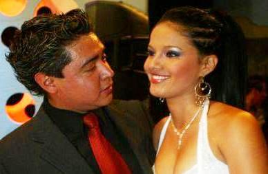 Foto de Lucho Cuellar mirando a Katty García