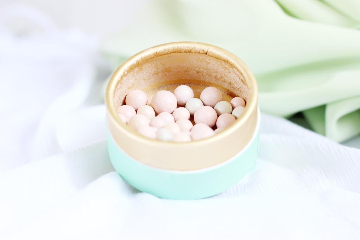 kulki rozświetlacz perełki swatche tonizujące rozświetlające
