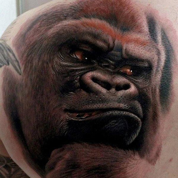vemos el tatuaje de un animal