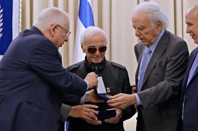 Israel homenageia Aznavour por ajuda de família a judeus na II Guerra