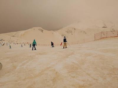 Estranho fenômeno da neve laranja relatado em toda a Europa oriental