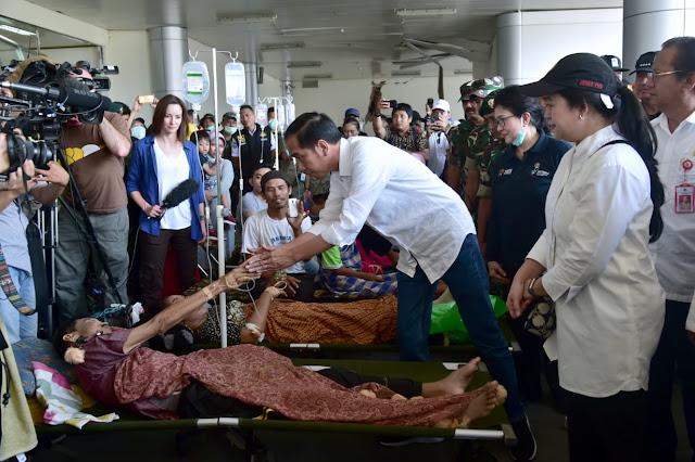Jenguk Pasien di Rumah Sakit Darurat, Presiden Jokowi: Tenang, Kita Selesaikan Satu-Satu