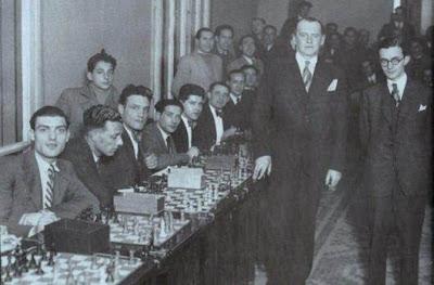 Alekhine y doctor Rey Ardid dando unas simultáneas de ajedrez en 1935