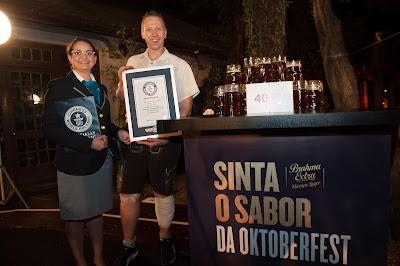 Alemão quebra recorde mundial de carregamento de canecas de cerveja em evento de Brahma