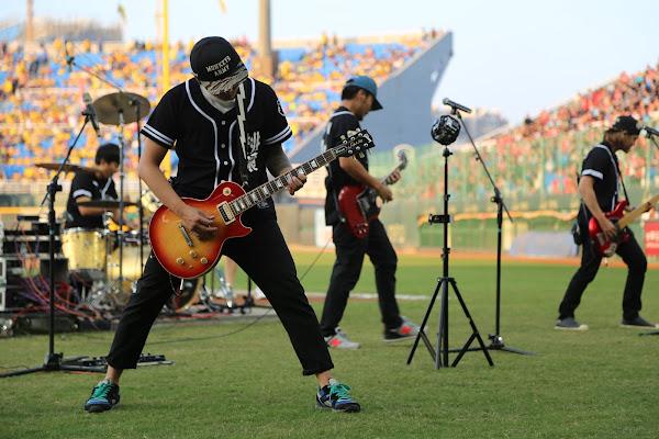 宛如嘉年華般的比賽現場氣氛,開賽前還有滅火器樂團的現場表演,James Huang 攝影